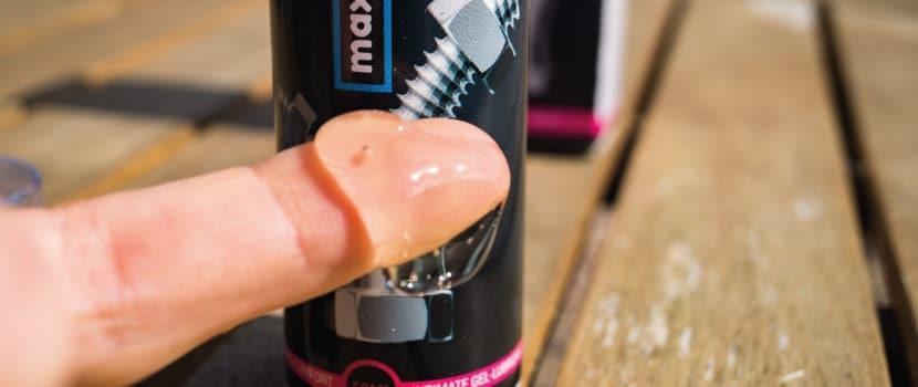 Die Maxisize Creme auf dem Finger fotografiert.